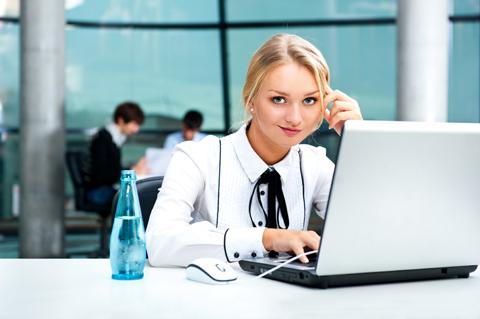 Usar um rack ou uma mesa é uma boa ideia para se trabalhar em um laptop.